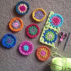 join as you go crochet cushion cover tutorial. Crochet Squares, Crochet Granny, Crochet Motif, Crochet Designs, Crochet Stitches, Knit Crochet, Crochet Patterns, Crochet Cushion Cover, Crochet Cushions