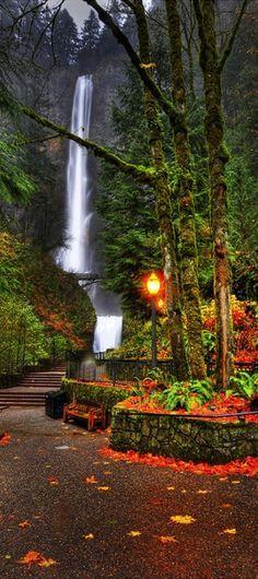 Multnomah Falls in the Columbia River Gorge, Portland, Oregon, USA