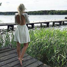 kremowa sukienka z odkrytymi plecami