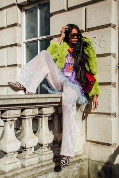 The Best Street Style Looks From London Fashion Week Fall 2020 - Fashionista Autumn Street Style, Street Style Looks, Snap Pants, Bold Hair Color, Spanish Dress, Teen Girl Fashion, Style Snaps, Fashion Gallery, Cool Street Fashion
