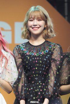 Tweets con contenido multimedia de baek jiheon pics (@jiheonarchive) | Twitter South Korean Girls, Korean Girl Groups, Kpop Hair Color, Cute Korean, Sexy Asian Girls, Pop Group, Pretty Girls, Short Hair Styles, Idol