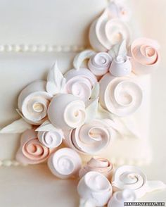 Roses How to make Swiss meringue ribbon roses. Great for decorataing cakes, cupcakes, or own their own as cookies.How to make Swiss meringue ribbon roses. Great for decorataing cakes, cupcakes, or own their own as cookies. Cake Decorating Techniques, Cake Decorating Tutorials, Cookie Decorating, Decorating Cakes, Cake Decorations, Chocolate Decorations, Cake Roses, Rose Cake, Pretty Cakes
