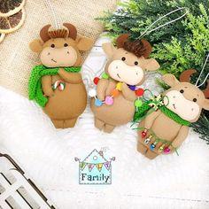Cow Ornaments, Diy Christmas Ornaments, Christmas Themes, Felt Crafts Diy, Diy Home Crafts, Crafts For Kids, Travel Toys, Easy Crochet Patterns, Felt Toys