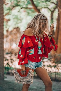 hippie style 214413632244509073 - It's all about that must have red bohemian blouse! Here's where to get it. Source by empoweryourspirit Hippie Style, Looks Hippie, Look Hippie Chic, Look Boho, Boho Chic, Boho Style, Hippie Chic Fashion, Bohemian Style Jewelry, Bohemian Clothing