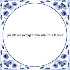 Ook kale mensen vliegen elkaar wel eens in de haren - Bekijk of bestel deze Tegel nu op Tegelspreuken.nl