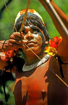 indios del brasile tira con il tradizionale arco dacaccia