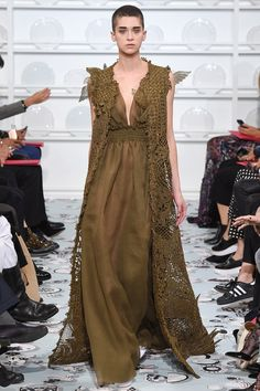 See the complete Schiaparelli Spring 2016 Couture collection.