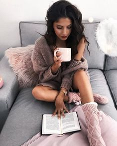 Female photos that you can take while reading a book - Heute - Creative Photoshoot Ideas, Photoshoot Inspiration, Poses Photo, Picture Poses, Girl Photography Poses, Lifestyle Photography, Instagram Pose, Disney Instagram, Shooting Photo