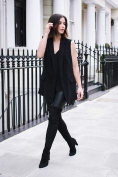 s habiller en noir, pantalon en cuir, bottes au dessus de genou, blazer sans manches