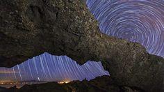 Fotografía de Daniel López de la rotación nocturna de las estrellas alrededor de la estrella polar, tomada desde la ventana del Nublo, en la cumbre de Gran Canaria, con la isla de Tenerife al fondo