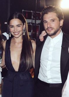 Kit Harington and Emilia Clarke Emmys 2019 Kit Harington, Emilia Clarke, A Dance With Dragons, Mother Of Dragons, Celebrity Outfits, Celebrity Hairstyles, Moon Of My Life, Kit And Emilia, Game Of Thrones Tv