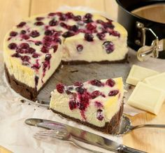 Recipe: Cheesecake Recipes / DIY cheesecake with white chocolate and cranberries - tableFEAST Cranberry Cheesecake, Brownie Cheesecake, Cheesecake Recipes, Chocolate Cheesecake, Dessert Dishes, Fun Desserts, Delicious Desserts, Dessert Recipes, Sweet Tarts