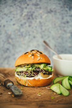 Veggie burger aux champignons #recette Mushroom Veggie Burger, Confort Food, Bagels, Other Recipes, Salmon Burgers, Finger Foods, Food Photography, Vegan Recipes, Stuffed Mushrooms