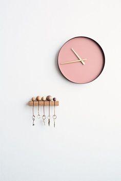 Den här nyckelhållaren tycker jag är riktigt fin! En väggmonterad bit trä med skåror och till det nyckelringar med träkulor. Väldigt lätt att få till och enkelt och snyggt på hallväggen....