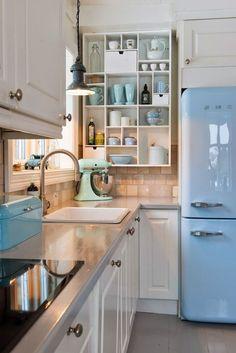 Frigo SMEG bleu pastel cuisine nordique, étagère de rangement ouverte