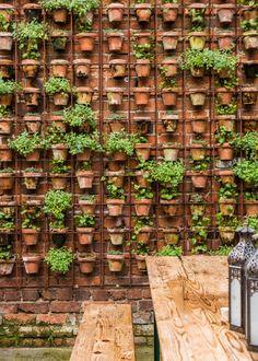 Jardínes verticales con materas de cerámica.