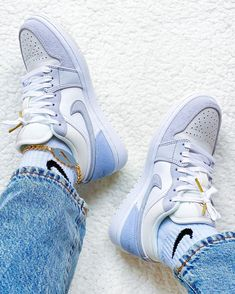 Cute Sneakers, Shoes Sneakers, Air Jordan Sneakers, Jordans Sneakers, Jordan Outfits Womens, Jordan Shoes Girls, Nike Air Shoes, Aesthetic Shoes, Hype Shoes