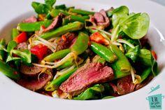 Deze Thaise biefstuk salade is hartstikke lekker, gezond en ook nog eens super snel klaar. Een fijn recept voor na een werkdag dus.