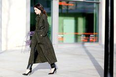 Langer, lässig getragener Wintermantel. © Jessie Bush (Street-Style, London Fashion Week Februar 2015).