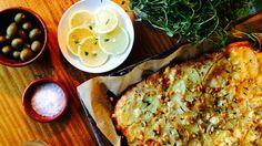 Pizza med hvit saus, potet og pinjekjerner
