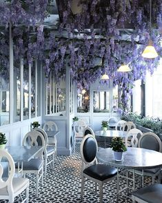Aubaine Selfridges in London: It's all about #wisteria in this little beautiful cafe. That's amazing how flowers can transform the whole interior