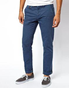 Esta temporada los pantalones chinos se vuelven azules