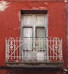 Maleńki balkon z kutą balustradą i rustykalnymi drzwiami #balcony #door #architecture