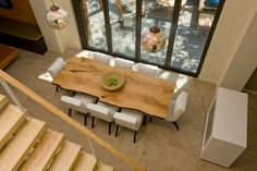 Massivholzmöbel Ideen – Eleganter Essbereich mit Baumstamm-Esstisch und weißen Stühlen