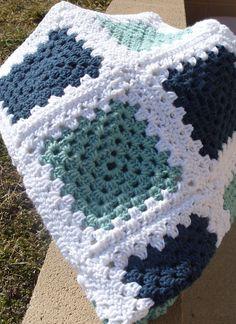 Dieses Granny Square Lapghan misst 33 X 39. Es besteht aus Salbei grün, Marineblau mit weißen Rändern.    Ideale Größe, um Ihre Beine zu