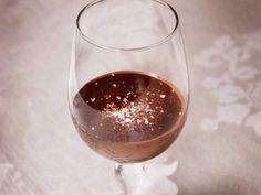 Ljus och mörk chokladmousse med chilihallon | Recept från Köket.se Red Wine, Mousse, Alcoholic Drinks, Desserts, Food, Tailgate Desserts, Deserts, Essen, Liquor Drinks