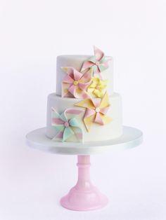 """Cataventos fazem-me feliz, e este bolo também! É perfeito para aniversários, baptizados, comunhões... """"you name it""""!  A festinha não p..."""