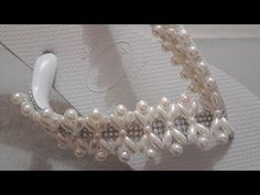 TRAMA DE PÉROLAS E MANTA DE STRASS - YouTube Beaded Jewelry, Handmade Jewelry, Beaded Bracelets, Beading Patterns, Crochet Patterns, Beaded Crafts, Dress Sandals, Wedding Shoes, Flip Flops