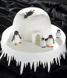 Coolest igloo cake is a perfect family christmas cake Christmas Cake Designs, Christmas Cake Decorations, Holiday Cakes, Christmas Desserts, Christmas Treats, Christmas Baking, Christmas Cakes, Christmas Wedding, Xmas Cakes