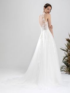 Traumhaftes Brautkleid mit Spitzenapplikationen auf Oberteil und Rock, tiefem V-Neck und Tattoo-Spitze. Rock, Wedding Dresses, Fashion, Dress Wedding, Gowns, Bride Dresses, Moda, Bridal Gowns, Fashion Styles