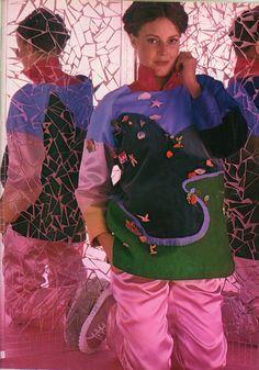 """100 Idées n°49 - novembre 1977 - article """"Jours de fête en satin"""" - réalisation  Marion Faver - ouvrage J. Bartholomew - photo Michel Tessier - """"satin en voyage"""" : tunique """"parcours d'aventure"""" : tunique en patchwork de toile, satin, feutre, taffetas dessinant un paysage sur lequel on coud des éléments (voitures, bateaux, personnages) en bristol colorié."""
