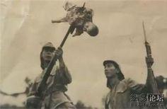 Soldado japonés ensartando bebé en Nankin