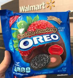 Get excited, the newest Oreo flavor currently on shelves is chocolate-covered strawberry. Weird Oreo Flavors, Cookie Flavors, Funny Food Memes, Food Humor, Chocolate Covered Strawberries, Strawberry Oreos, Comida Disney, Snack Recipes, Snacks