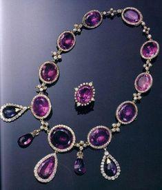Collana e spilla della parure di ametiste e diamanti della Regina Mary del Regno Unito