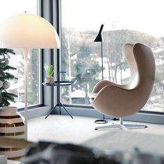 JULPYNTAT HEMMA HOS DUKTIGA NINA HOLST Vill visa er dessa fina bilder från bloggen @stylizimoblog och duktiga #NinaHolst. Här har hon dukat och pyntat för julen och det är helt i vår smak. Vitt i kombination med trä och gråa toner tillsammans med danska designklassiker. Fantastiskt snyggt och inspirerande. Nytt blogginlägg på HTTP://trendspanarna.nu  #christmas #jul #julgran #christmastree #inspiration #homedecor #inredning #instahome #nordicdesignblog #ägget #danishdesign #kähler
