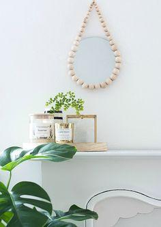 DIY Raindrop Spiegel aus Holzkugeln, Home decor, DIY, minimal Pink Fur Pillow, Beaded Mirror, Rope Mirror, Macrame Mirror, Diy Cadeau Noel, Deco Nature, Diy Inspiration, Diy Blog, Cool Ideas