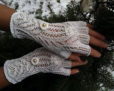 Elegant Victorian Lace Fingerless Gloves - Queen Victoria is among us. Crochet Gloves, Knit Mittens, Crochet Yarn, Knitted Hats, Lace Knitting, Knitting Patterns, Crochet Patterns, Fingerless Mitts, Victorian Lace
