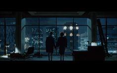 """""""Il crollo dei palazzi viene visto, dallo spettatore come dai personaggi, attraverso una grande finestra-schermo che doppia l'inquadratura del film: siamo spettatori al quadrato, mentre i personaggi si preparano una situazione di vero e proprio godimento scopico con popcorn e bibite. Fincher punta il dito proprio sulla posizione spettatoriale che acquisiamo di fronte a tali eventi"""" (Marco Dinoi)."""