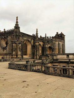 Esse é o Convento de Cristo, em Tomar. É uma obra que foi construída há mais de 600 anos e é belíssima. Vale a visita!