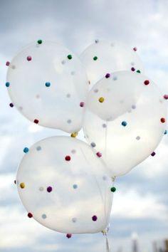 Balão com cola de relevo é uma forma super legal de incluir as crianças na preparação da festa!