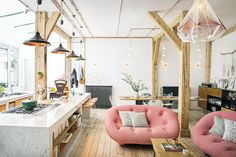 INDUSTRIEEL PAND • Sarah en Jonathan hielden de authentieke en industriële uitstraling in de woonkamer in stand   Sarah and Jonathan maintained the authentic and industrial appearance of the building   vtwonen 05-2018   Fotografie Yann Deret   Styling Marie-Maud Levron