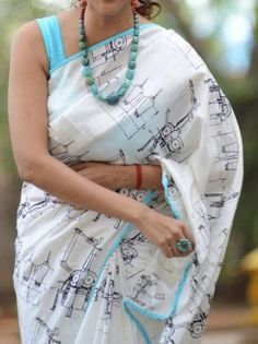 A lovely printed white saree, love the combination of teal color with it, Simple Sarees, Trendy Sarees, Stylish Sarees, Cotton Saree Designs, Saree Blouse Neck Designs, Saree Jewellery, Online Shopping Sarees, White Saree, Indian Designer Wear