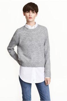 Обемен пуловер: Обемен пуловер с фина плетка от мека прежда със съдържание на вълна. С ръкави с паднало рамо и кантове с ластична плетка по врата, в краищата на ръкавите и в долния край. С малко по-дълъг гръб.