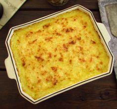 Uma receita deliciosa, bacalhau cozinhado em azeite, cebola, louro e cenoura ralada, que vai ao forno com puré de batata, polvilhado com queijo ralado.