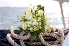 Intiem trouwen op het water. #huwelijken #trouwen #bruiloft #zeilschip #wedding #bruidsboeket