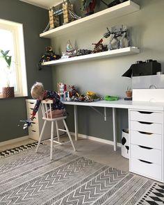 God morgon! Detta är nog bästa rummet i huset just nu, där barn och vuxna trivs bäst! #lego #legorum #lekrum #housedoctor #dbkd #gröngranit #alcro